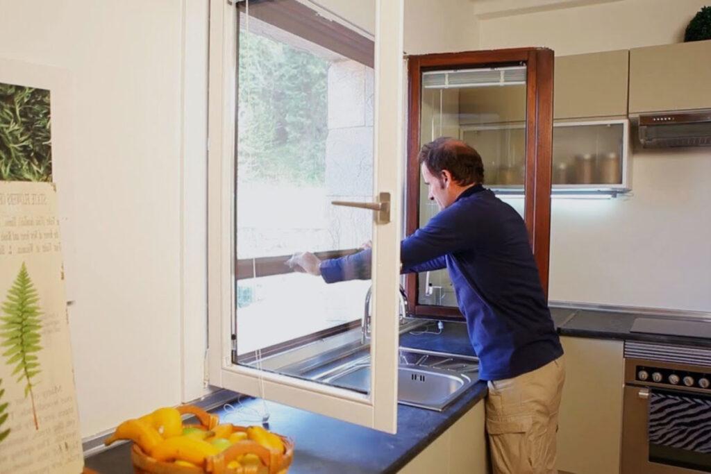 Hombre midiendo una ventana para poner una mosquitera
