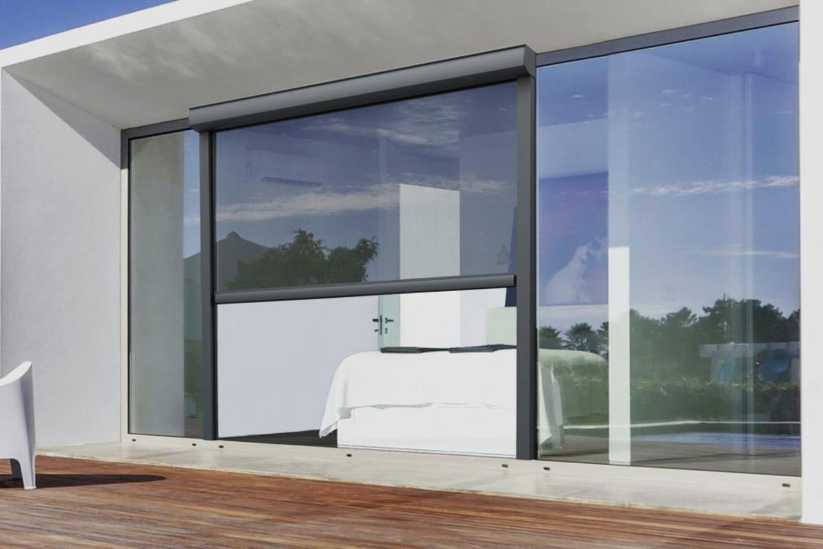 Instalación de una mosquitera enrollable en una vivienda