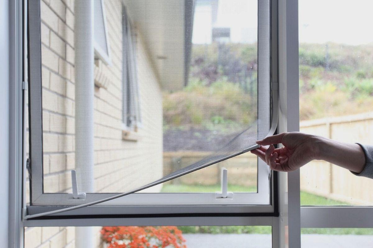 Instalación de una mosquitera magnética en ventana