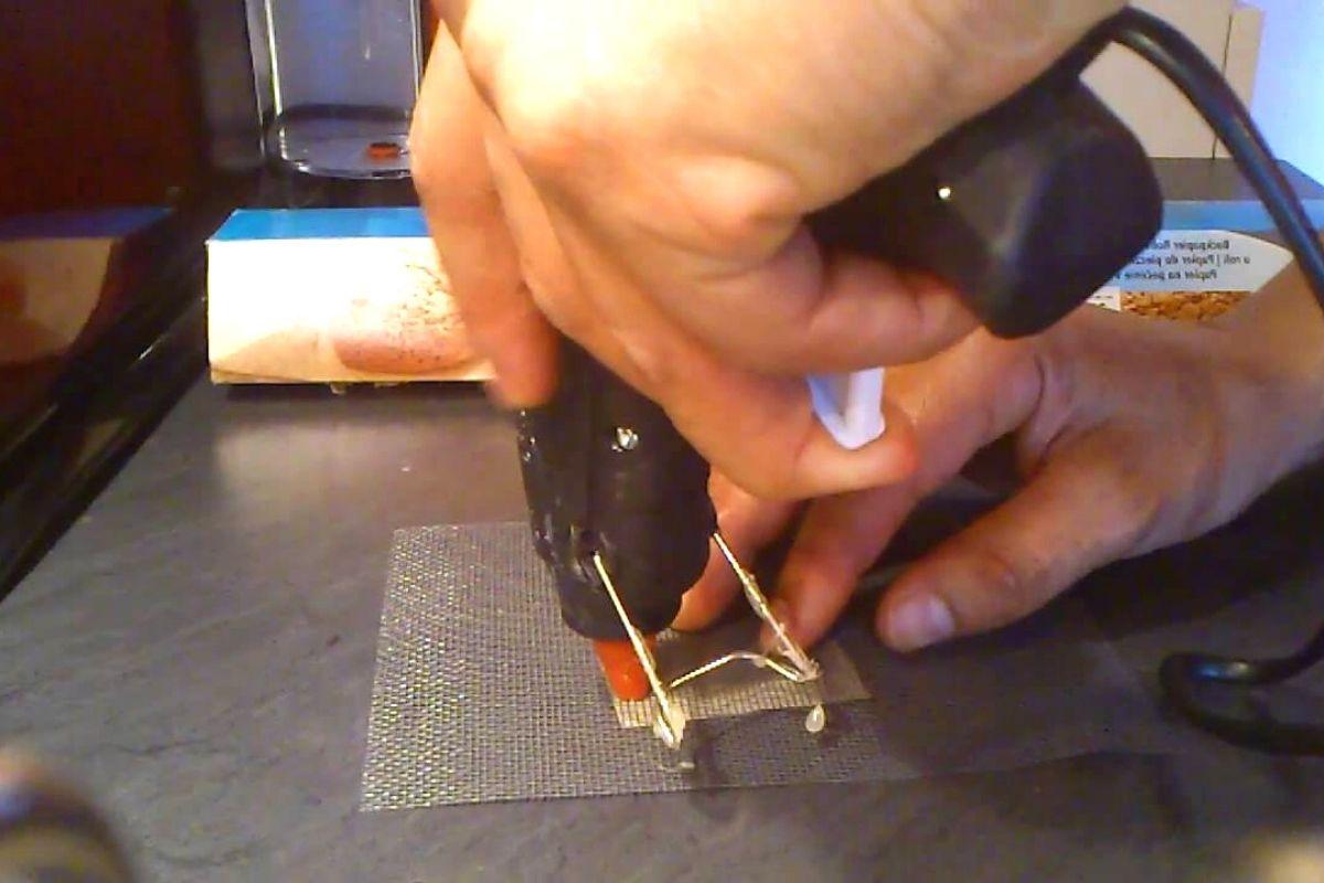 Reparando una tela mosquitera